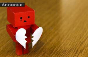 Figur holder knækket hjerte